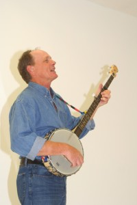 Mark Hellman plays musician Pete Seeger in The Incompleat Folksinger (photo by Mike Kurgansky).